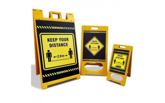Ein Schild - KEEP CLEAR MOUTH CAP OBLIGATORISCH - COVID-19 - Schulen - Universität - Verkehrszeichen