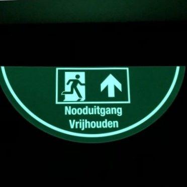 Vloermarkering-noodverlichting-vluchtrouteaanduiding-nood-deur-glow-in-the-dark-nalichtende-materialen-vluchtwegaanduidingen