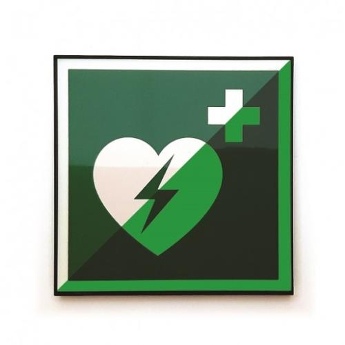 AED leuchtet im Dunkeln
