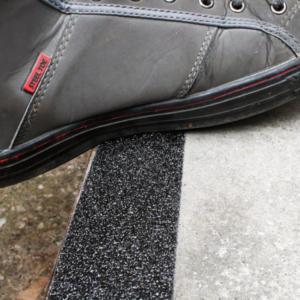 H3402NUC-Extra-Coarse-Safety-Grip-Black-on-Step-Heskins-Vluchtwegaanduidingen
