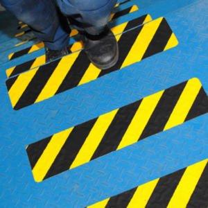 H3406D-Black-Yellow-Hazard-Conformable-Safety-Grip-on-Stairs-heskins-vluchtwegaanduidingen