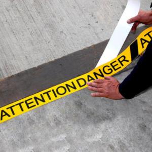 H3417-Attention-Danger-Printed-Anti-Slip-Tape-Being-Applied-heskins-vluchtwegaanduidingen
